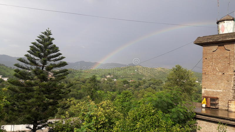Arcobaleno con bello paesaggio fotografie stock libere da diritti