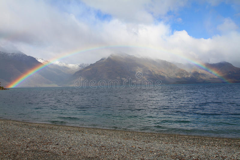 Arcobaleno con il lago e la montagna fotografia stock libera da diritti