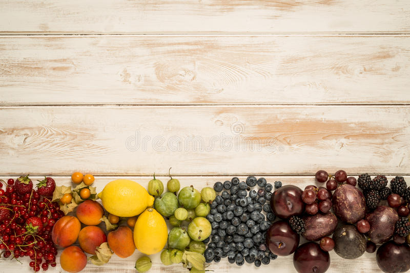 Arcobaleno della frutta su legno immagini stock