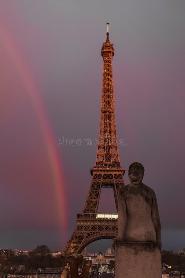 Arcobaleno dietro la torre Eiffel a Parigi, Francia immagine stock libera da diritti