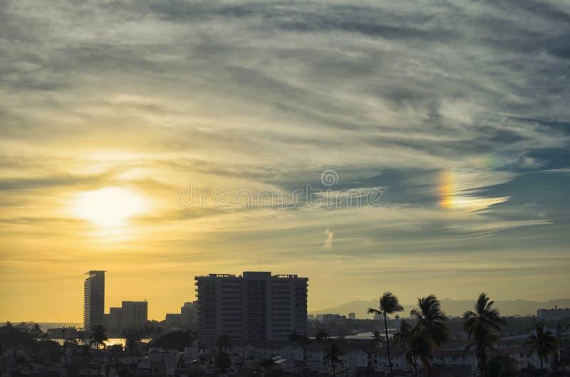 Arcobaleno dorato sbalorditivo del fuoco e di tramonto sopra Puerto Vallarta immagine stock libera da diritti