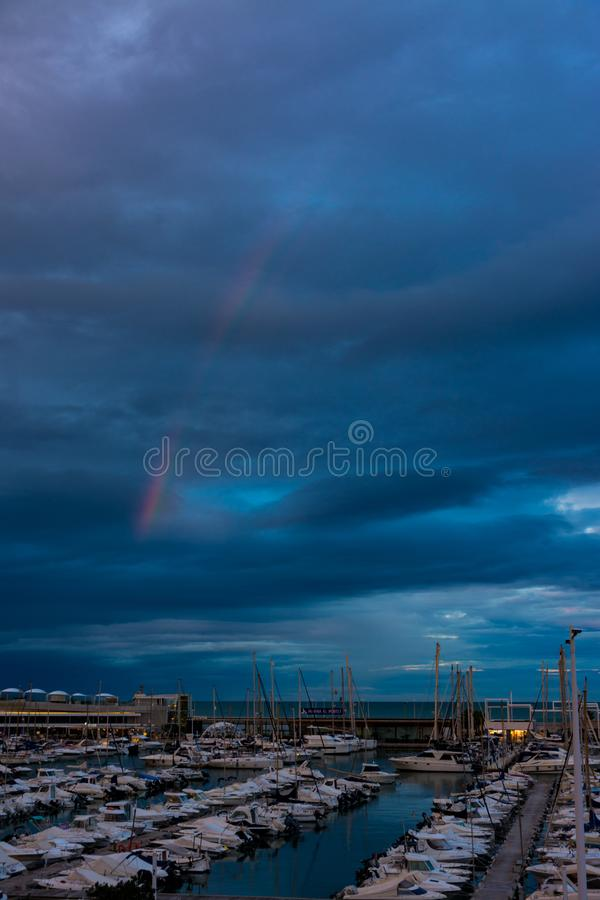 Arcobaleno e nuvole sul porto di Denia fotografia stock libera da diritti