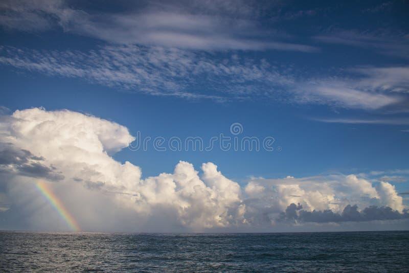 Arcobaleno fuori dalla costa di Kauai, Hawai fotografia stock