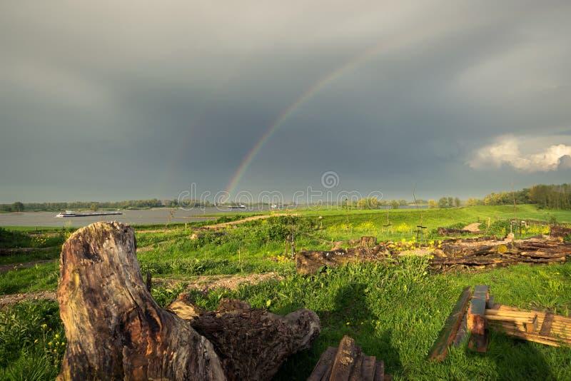 Arcobaleno luminoso sopra un fiume nei Paesi Bassi immagine stock libera da diritti