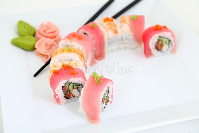 Arcobaleno Maki Sushi con l'anguilla, il tonno, il salmone e l'avocado immagini stock libere da diritti