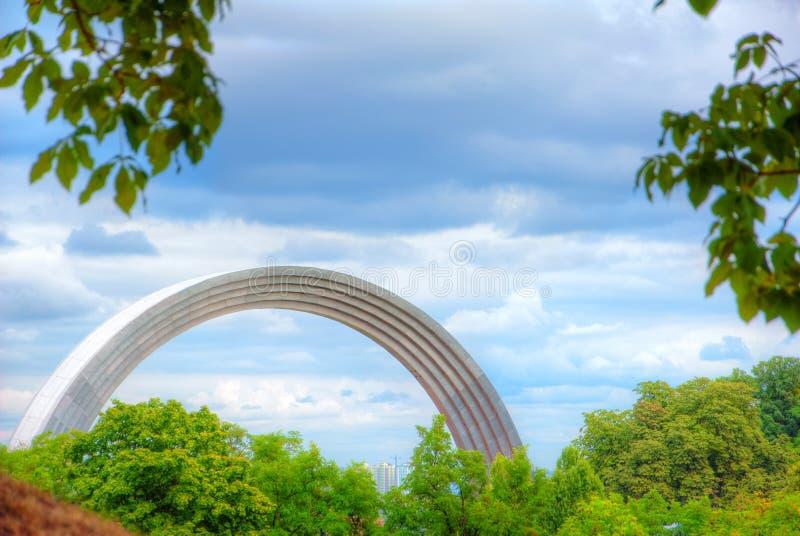 Arcobaleno Monumen di Raduga fotografie stock libere da diritti