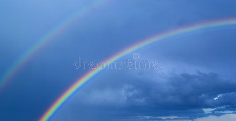 Arcobaleno nei precedenti di un cielo tempestoso fotografie stock