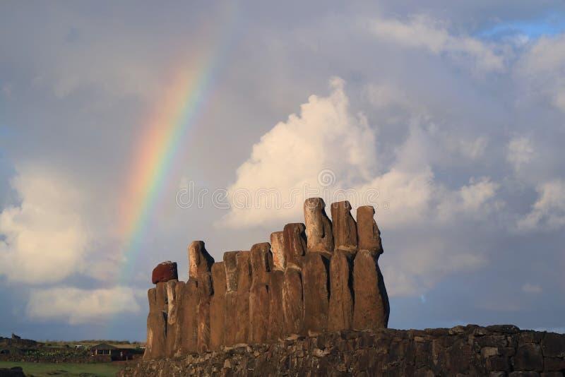 Arcobaleno oltre 15 statue gigantesche di Moai di Ahu Tongariki, sito archeologico sull'isola di pasqua, Cile fotografia stock libera da diritti