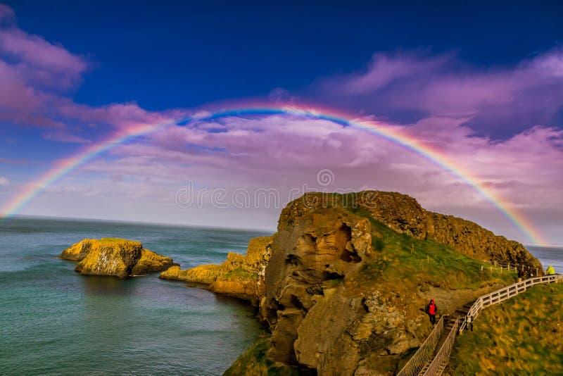 Arcobaleno pieno al ponte di corda, Irlanda del nord fotografia stock libera da diritti