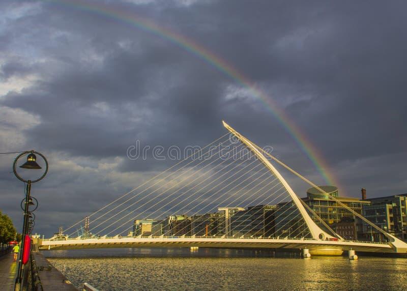 Arcobaleno sopra Dublin On un il giorno piovoso fotografia stock