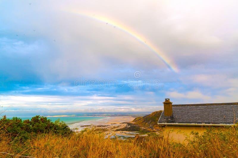 Arcobaleno sopra il cappuccio Blanc-Nez, Francia fotografie stock
