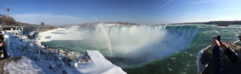 Arcobaleno sopra il cascate del Niagara congelato fotografie stock