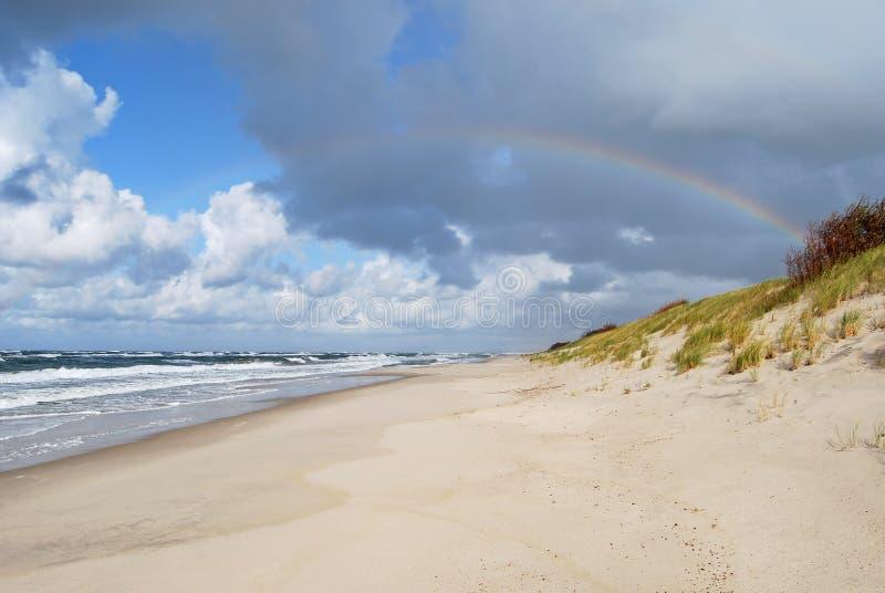 Arcobaleno sopra il Mar Baltico immagini stock