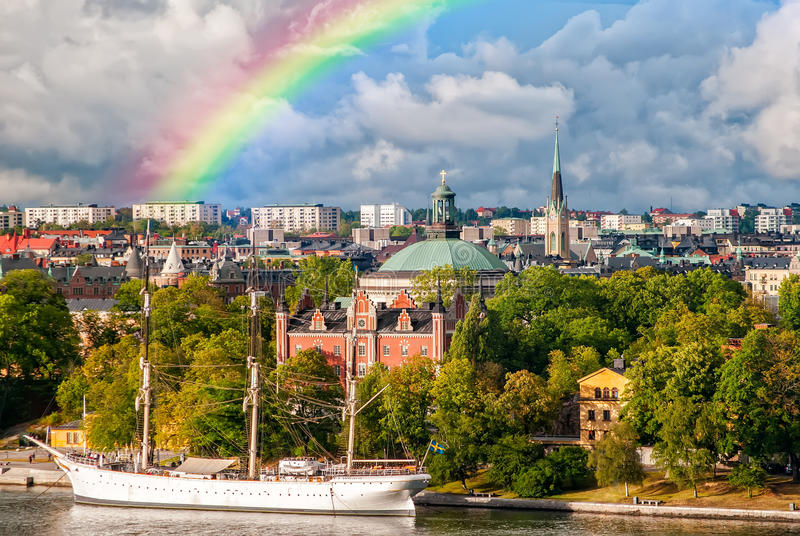 Arcobaleno sopra l'isola di Djurgarden a Stoccolma, Svezia fotografie stock libere da diritti