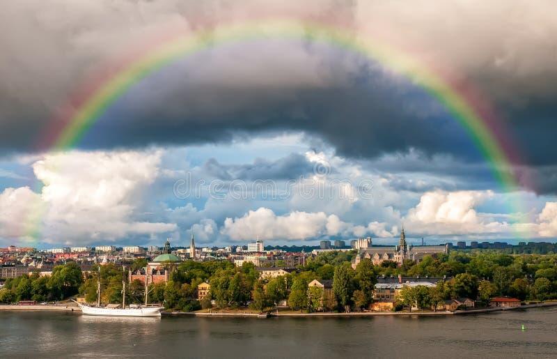 Arcobaleno sopra l'isola di Djurgarden a Stoccolma, Svezia fotografie stock