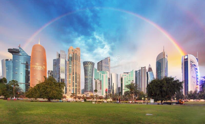 Arcobaleno sopra la città di Doha, Qatar immagine stock libera da diritti