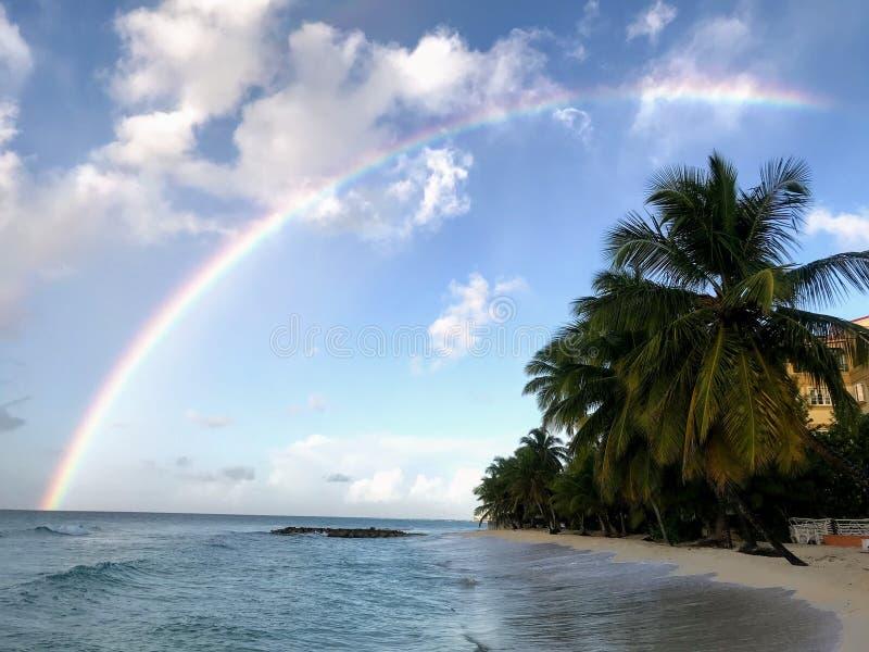 Arcobaleno sopra la spiaggia di Dover fotografia stock libera da diritti