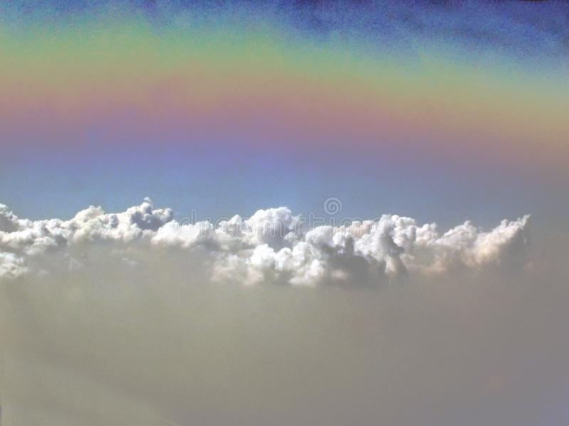 Arcobaleno sopra le nuvole fotografia stock