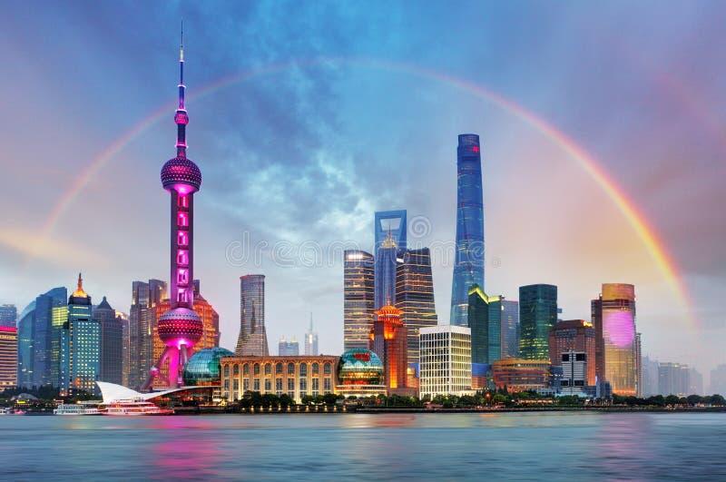 Arcobaleno sopra Shanghai, Cina fotografie stock libere da diritti