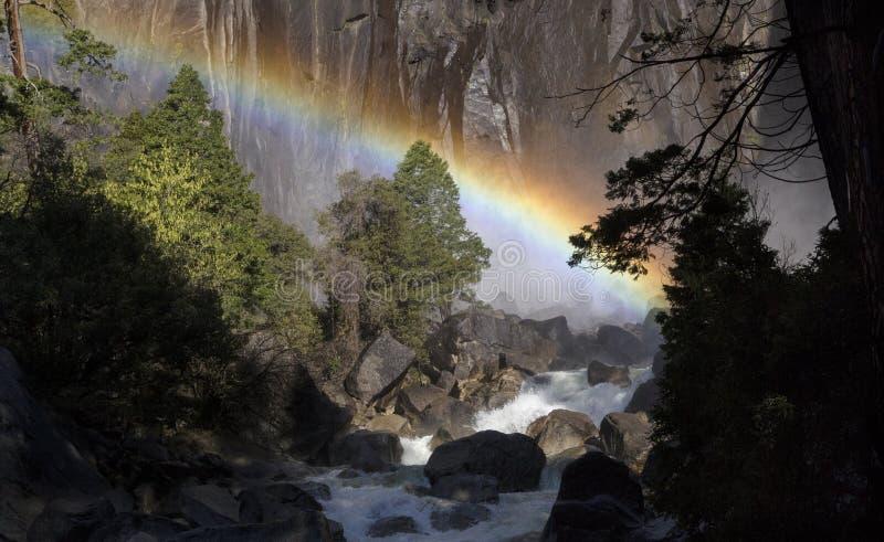 Arcobaleno sotto Yosemite Falls in primavera immagini stock
