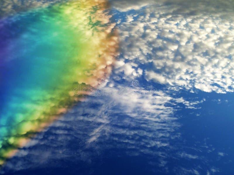 arcobaleno stupefacente del mucchio della nuvola del cielo blu-chiaro bianco della sfuocatura immagine stock