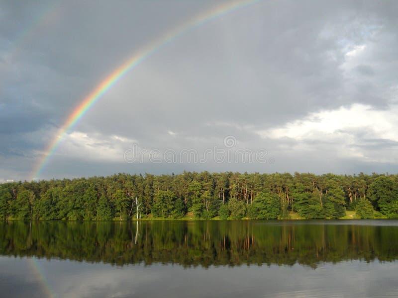 Arcobaleno sul lago fotografia stock