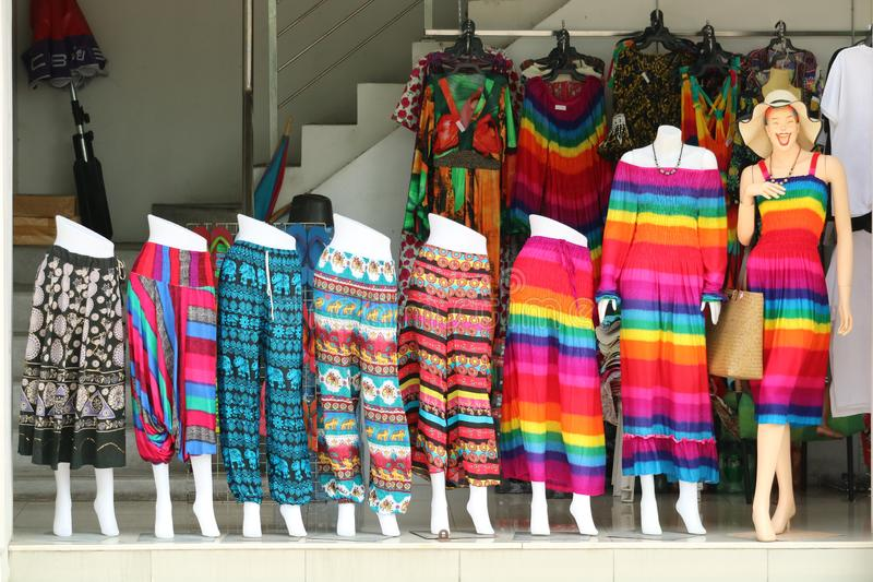 arcobaleno variopinto dei pantaloni lunghi e del vestito della gonna nel negozio della via immagini stock