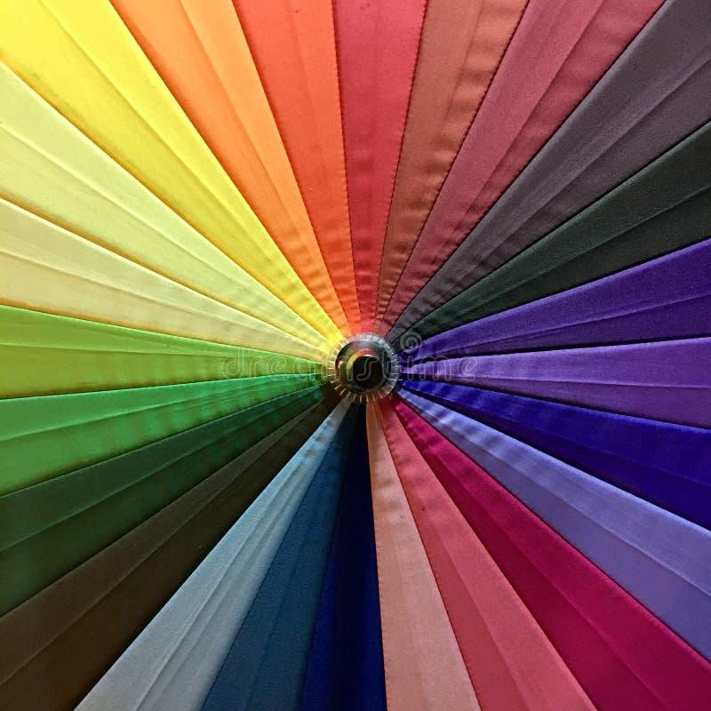 Arcobaleno variopinto di un ombrello cromatico immagini stock