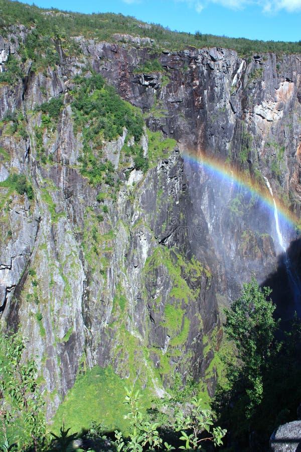 Arcobaleno vicino ad una cascata fotografia stock