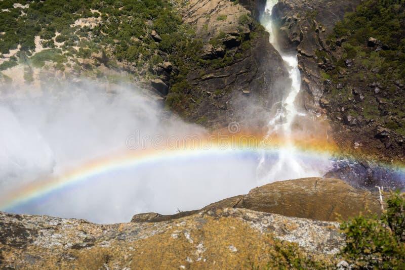 Arcobaleno visibile dalla cima di Yosemite Falls superiore, parco nazionale di Yosemite, California immagini stock libere da diritti