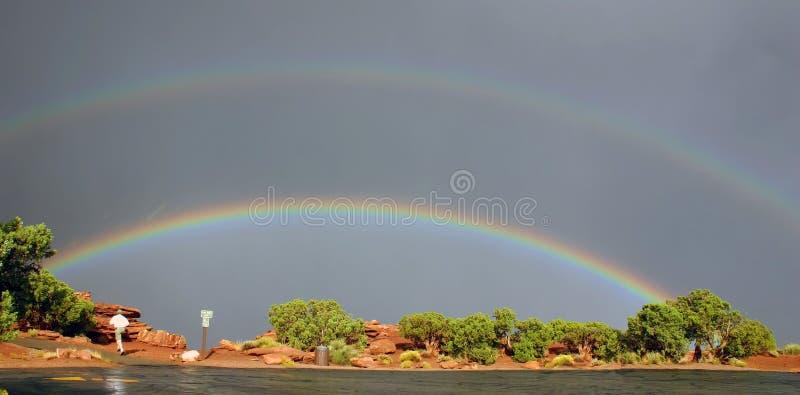 Arcos-íris e homem running fotografia de stock