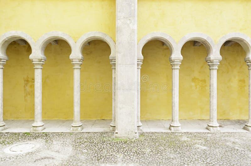Arcos amarillos antiguos en el Palacio DA Pena imagen de archivo libre de regalías