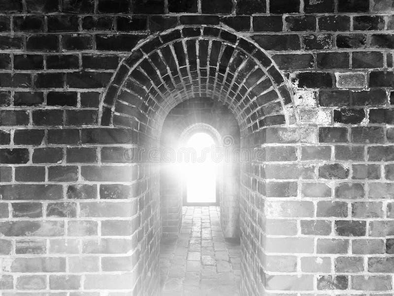Arcos antiguos en China durante salida del sol Color blanco y negro en alto contraste con la luz de la llamarada imagen de archivo