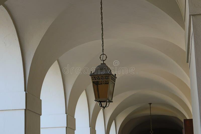 Arcos brancos com luzes de suspensão imagens de stock