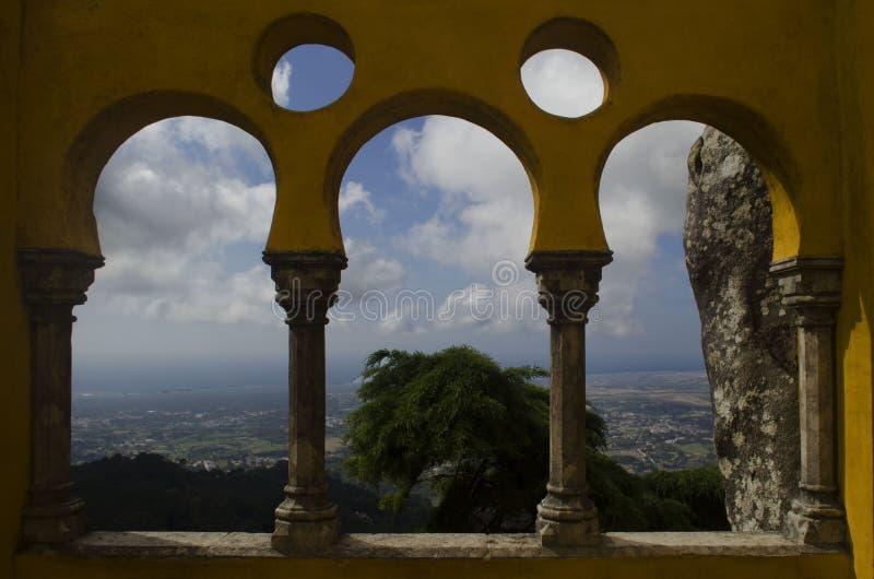 Arcos da arquitetura do castelo de Pena com natureza e cidade histórica do sintra foto de stock