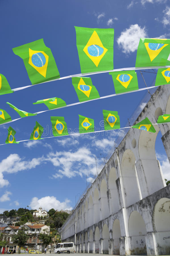 Arcos DA Lapa wölbt Rio de Janeiro Brazilian Flags lizenzfreie stockfotos