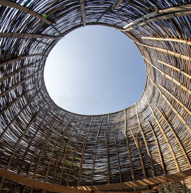 Arcos de bambú, que confían en pollos grandes Artesanías arquitectónicas de bambú, armadura de madera que hace, sombrilla foto de archivo libre de regalías