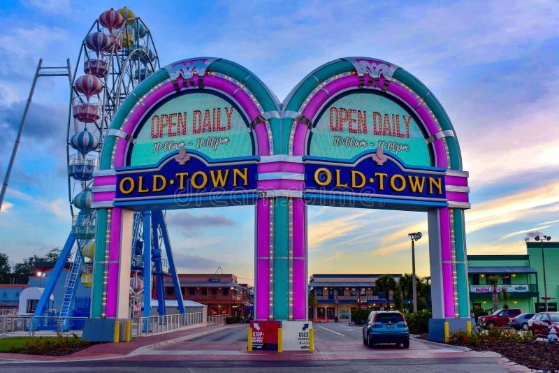Arcos de la entrada de Iluminated y rueda grande colorida en la ciudad vieja de Kissimmee en área de 192 carreteras fotos de archivo libres de regalías