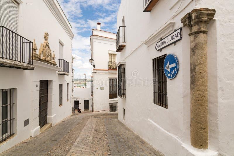 ARCOS DE LA FRONTERA SPANIEN - MAJ 2017: Sikt av gatan i den gamla staden royaltyfri foto
