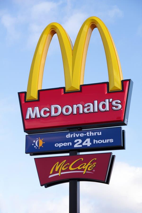 Arcos de oro y McCafe del restaurante de McDonalds fotografía de archivo