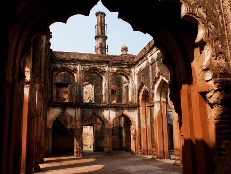 Arcos de uma construção de pedra antiga na cidade índia imagens de stock