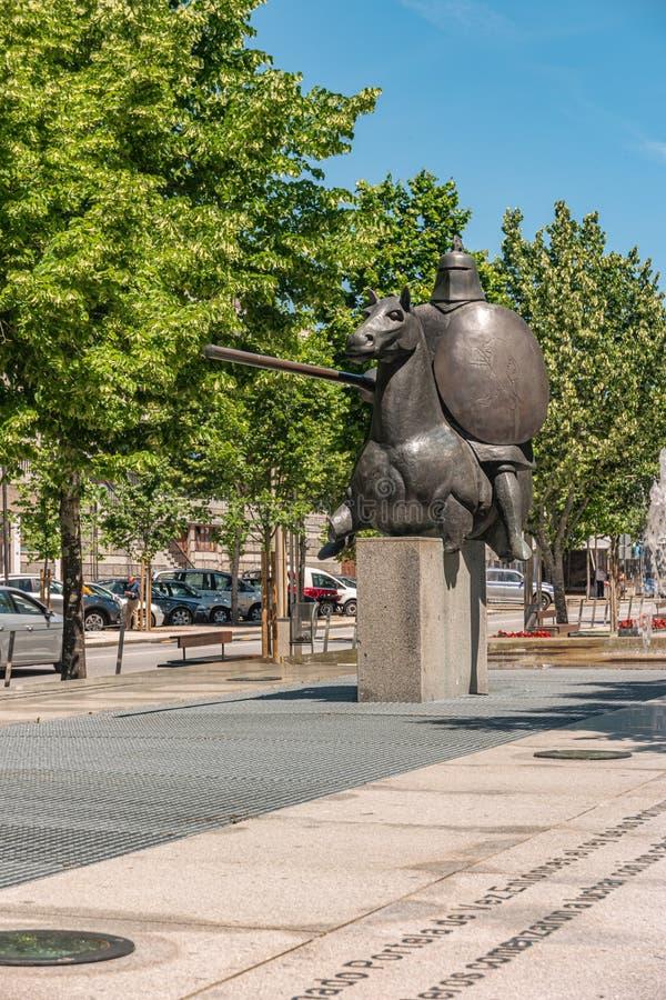 ARCOS DE VALDEVEZ, PORTOGALLO - CIRCA MAGGIO 2019: Statua della giostra di Valdevez di cui era un episodio decisivo della storia fotografie stock