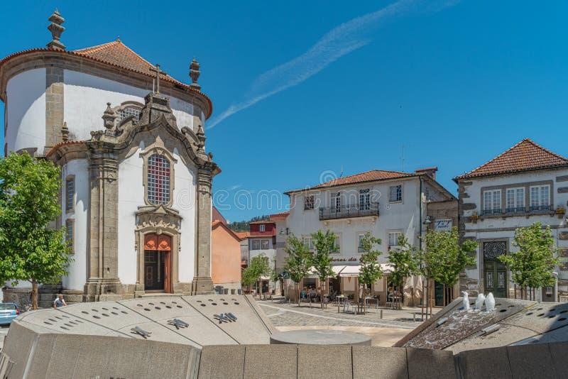 ARCOS DE VALDEVEZ, PORTUGAL - CIRCA MAYO DE 2019: vista de la iglesia de Lapa en el centro histórico del pueblo de Arcos de Valde imagen de archivo libre de regalías