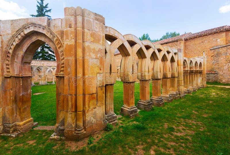 Arcos del claustro de San Juan de Duero Monastery fotos de archivo