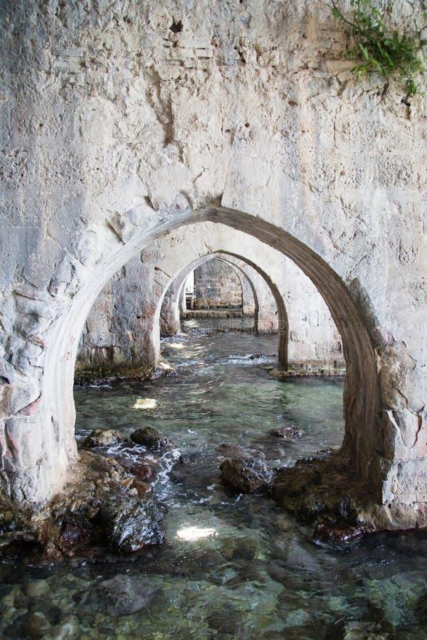 Arcos dentro del astillero del castillo medieval de Alanya fotos de archivo