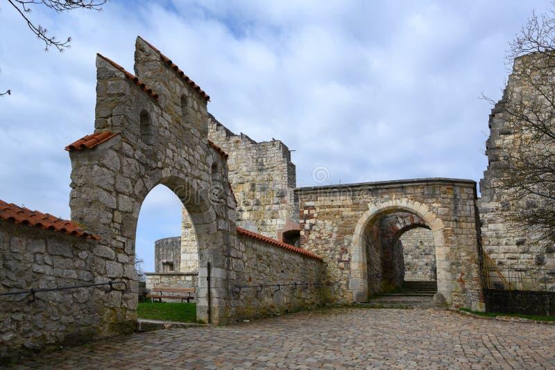 Arcos en la ruina Hellenstein del castillo en la colina de Heidenheim un der Brenz en Alemania meridional contra un cielo azul co fotos de archivo libres de regalías