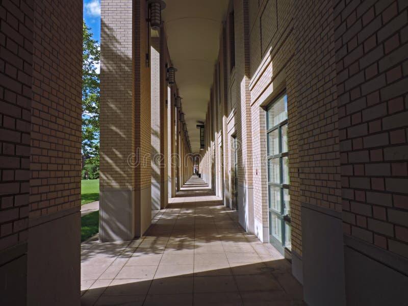 Arcos ensolarados da universidade do Carnegie Mellon foto de stock royalty free