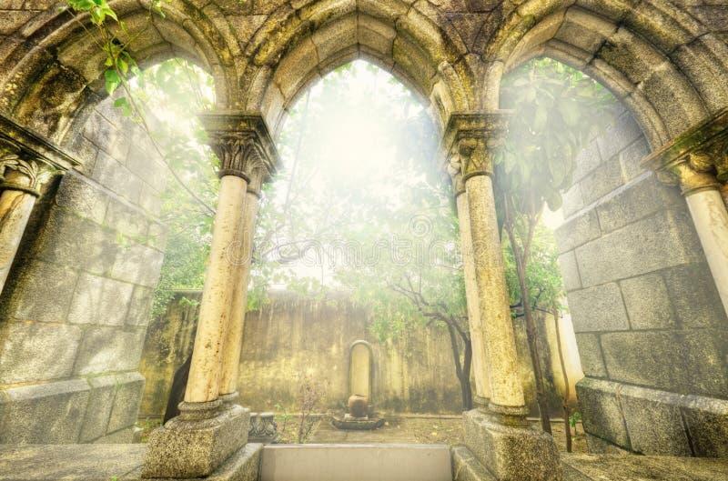 Arcos góticos antigos no myst Paisagem da fantasia em Évora, Portugal fotografia de stock royalty free