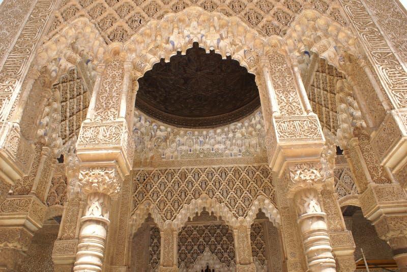 Arcos moros y columnas, Alhambra, España imagenes de archivo