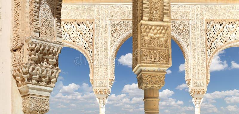 Arcos no estilo (mouro) islâmico em Alhambra, Granada, Espanha foto de stock